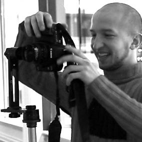 Андрей Кузьмич смотрит как он получился на снимке