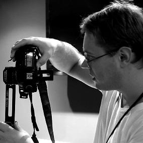 Сергей Горбачев нажимает кнопки на фотоаппарате