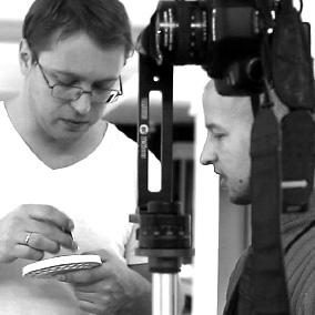 Сергей Горбачев и Андрей Кульмич работают с мелкими деталями