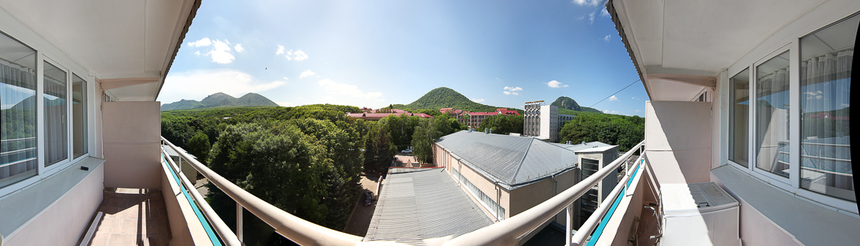 Панорамная фотография гор Железноводска с балкона санатория