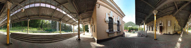 Панорама перрона железнодорожного вокзала