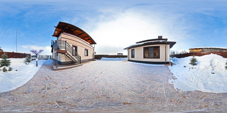 Панорама двора загородного дома