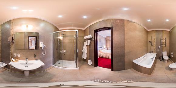 Панорама ванной комнаты гостиничного номера